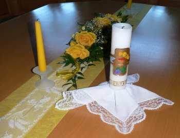 Beispiel Tischdeko Kommunionkerze Blumen