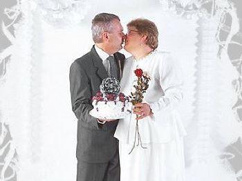 Brautpaar küßt sich Hochzeitstage Glückwünsche zum Hochzeitsjubiläum